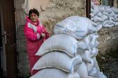 Женщина стоит у убежища в городе Степанакерт на улице О. ОКТЯБРЬ 10, 2020, во время продолжающегося военного конфликта между Арменией и Азербайджаном по поводу спорной территории Нагорного Карабаха [File: Aris Messinis/AFP]