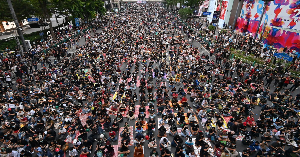 Протестующие собрались в Бангкоке после того, как премьер-министр призвал уйти в отставку