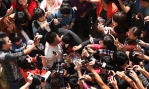 Гей-пара. поцелуй после публичной свадебной церемонии в китайской провинции Фуцзянь в 2012 году.