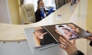 Рекламный альбом BioTexCom, показывающий клиентов и их новорожденных.