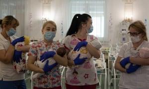 Воспитатели держат некоторых из застрявших младенцев в отеле «Венеция»