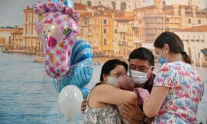 Аргентинская пара впервые встречает своего сына в отеле Venice