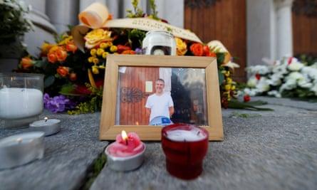 Фотография Винсента Локеса среди свечей и цветов перед базиликой Нотр-Дам