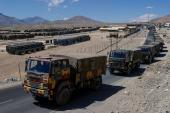 Индийские армейские грузовики с припасами движутся конвоем в районы в районе Ладакха [Danish Siddiqui/Reuters]