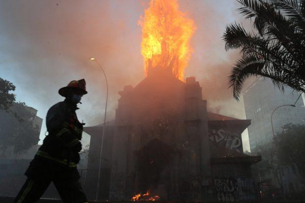 Фото: церкви подожжены, протесты в Чили перерастают в насилие