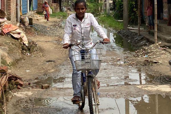 Индийская «девочка-велосипедист»: как пандемия изменила жизнь семьи далитов