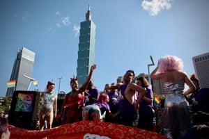 В субботу состоялся 18-й ежегодный парад прайда в Тайбэе, крупнейший в Азии парад ЛГБТКИ. На Тайване 202 дня подряд не было случаев заражения вирусом Covid-19.