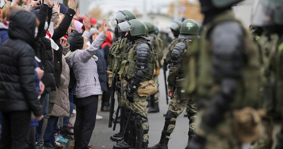 Десятки тысяч человек протестуют в Беларуси, игнорируя предупредительные выстрелы