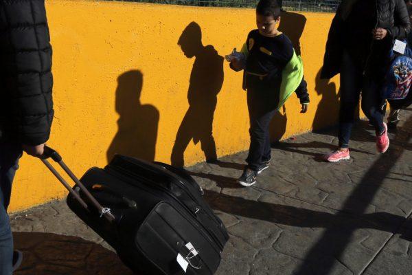 Судья приказывает США прекратить высылку детей, пересекающих границу