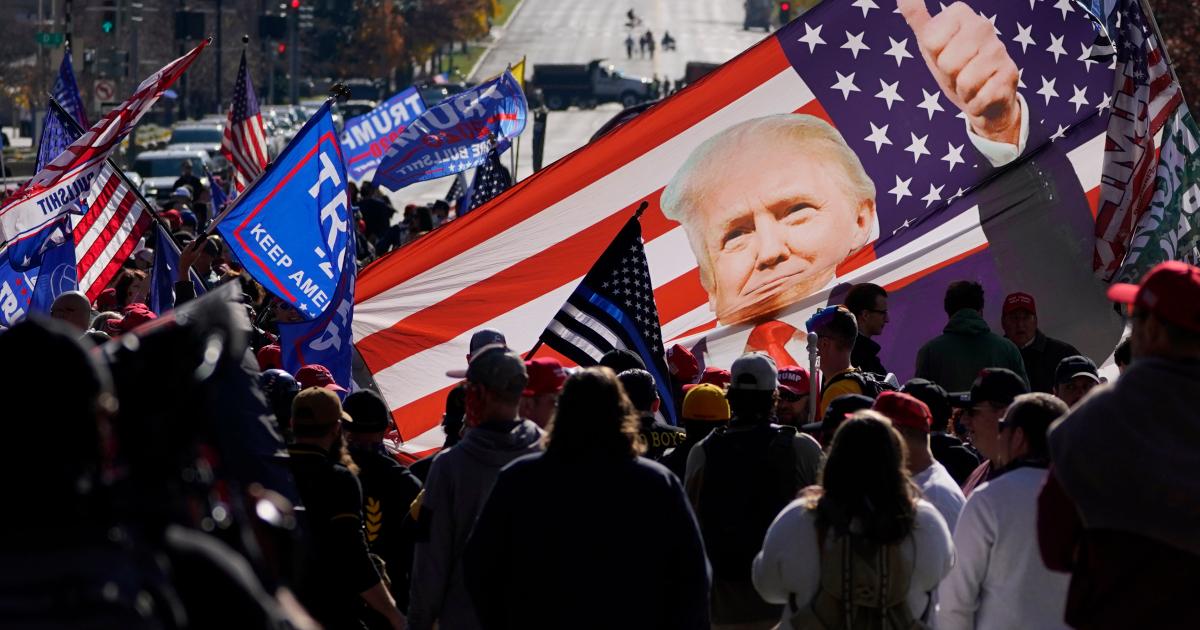 По-прежнему вызывающий, Трамп встречает толпу сторонников в столице США