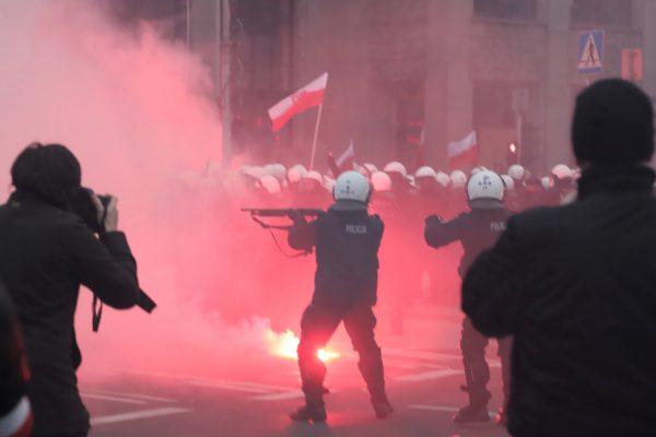 """Польша: столкновение ультраправых """"хулиганов"""" с полицией на марше в Варшаве"""