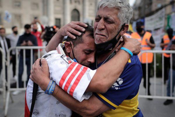 «Величайший»: тысячи аргентинцев прощаются с Марадоной