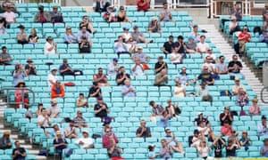 Зрители наблюдают за социальным дистанцированием на трибунах во время товарищеского матча на стадионе «Овал» в Лондоне в Август