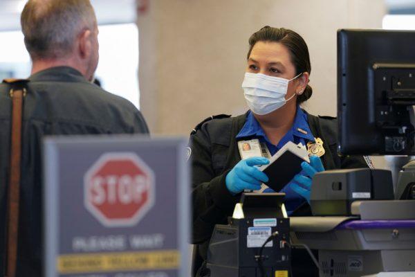 США обдумывают тесты на COVID для большего числа путешественников за границу: отчет