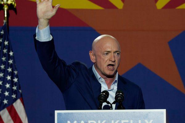 Бывший астронавт Марк Келли вступил в должность нового сенатора США