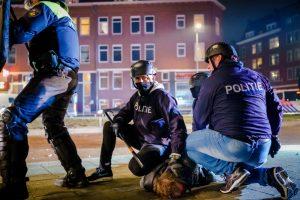 Нидерланды потрясли третью ночь беспорядков из-за комендантского часа COVID