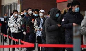 Люди выстраиваются в очередь возле больницы, чтобы пройти тесты на коронавирус в Пекине 14 января 2021 года, в тот же день, когда Китай сообщил о своей первой смерти от Covid-19 за восемь месяцев.