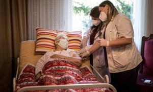 Врачам в Англии будут платить дополнительно, если они будут вакцинировать пожилых или уязвимых пациентов в собственном доме.