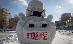 Снежная статуя в провинции Цзилинь с маской для лица и надписью: «Носите маски, чтобы предотвратить новый коноравирус».