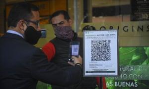 QR-коды открыли общественные места. Могут ли паспорта вакцины открыть новые возможности для международных поездок?