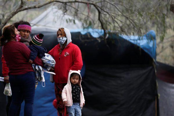 Просители убежища, ожидающие в Мексике, обеспокоены задержками с въездом в США