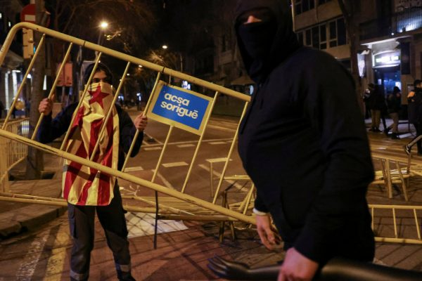 Мирный митинг в Барселоне для заключенного рэпера перерос в столкновения