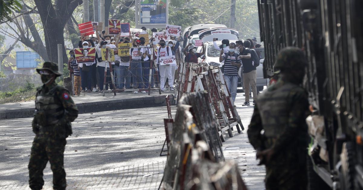 Протесты в Мьянме возобновляются, Интернет восстанавливается в военных кругах