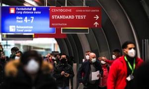 Международный аэропорт Франкфурта в Германии. Может ли QR-код открыть мир? Небольшая технически подкованная страна-член ЕС в странах Балтии, Эстония, вместе с ВОЗ работает над пилотным проектом о том, как может работать всемирно признанный электронный сертификат вакцины