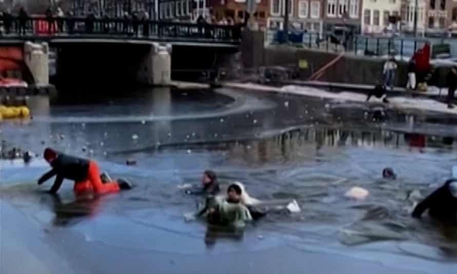 Группа фигуристов проваливается сквозь лед на каналах Амстердама в воскресенье.