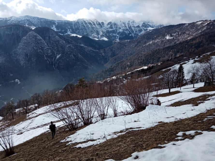 Стефания Травалья ищет незаконные ловушки в горах Брешиа