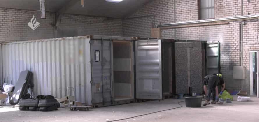 Изображение транспортных контейнеров, лежащих с открытыми дверцами на заброшенном складе