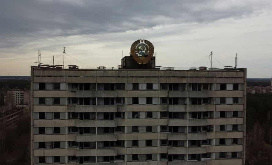 Герб Советского Союза виден на крыше здания в заброшенный город Припять