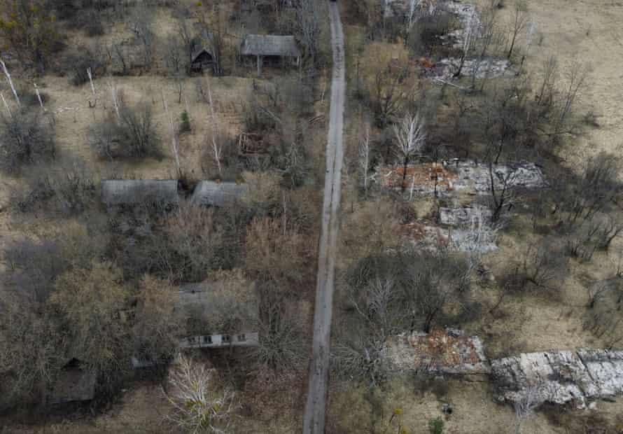 Остатки сгоревших домов в заброшенном селе Полесское