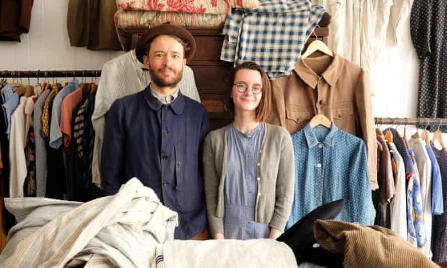 Адам Фриман и Ребекка Меррилл в их магазине Sunless Antiques в Сент-Леонардс-он-Си.