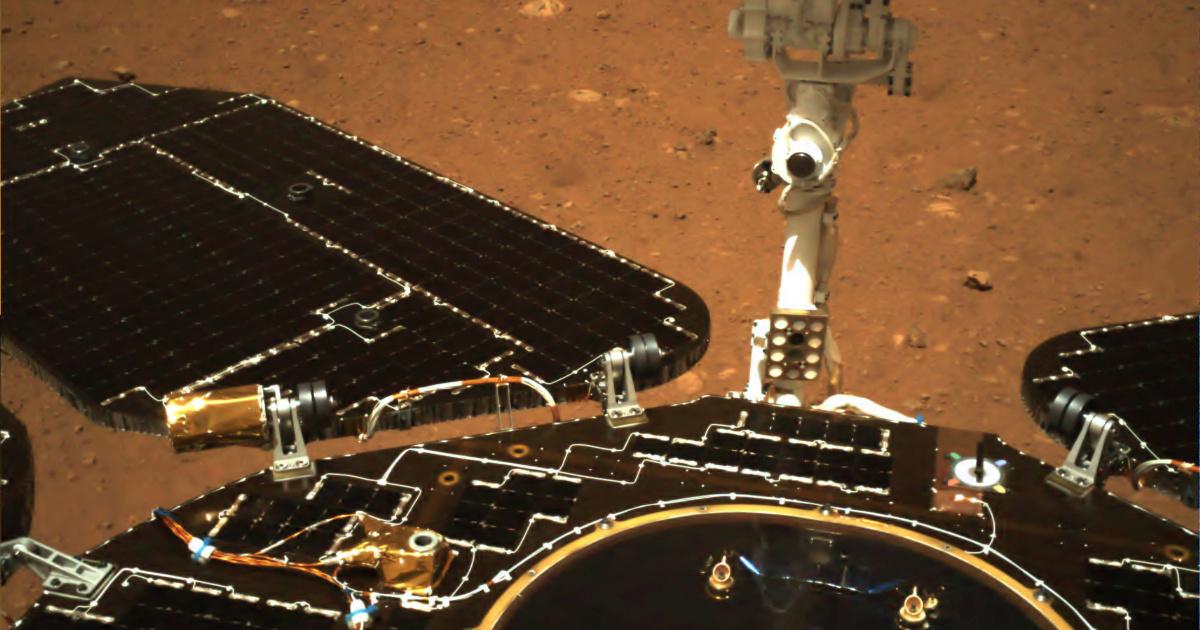 Китайский марсоход отправил первые снимки с поверхности Марса