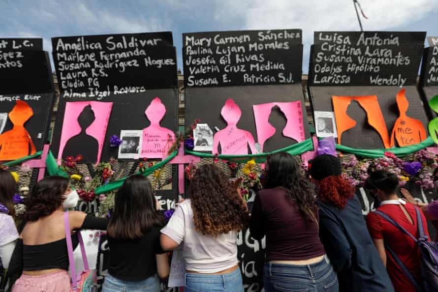 Женщины протестуют у Национального дворца в Мехико в Международный женский день.