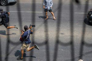 «Я где-то в безопасности»: журналисты скрываются от военных Мьянмы.