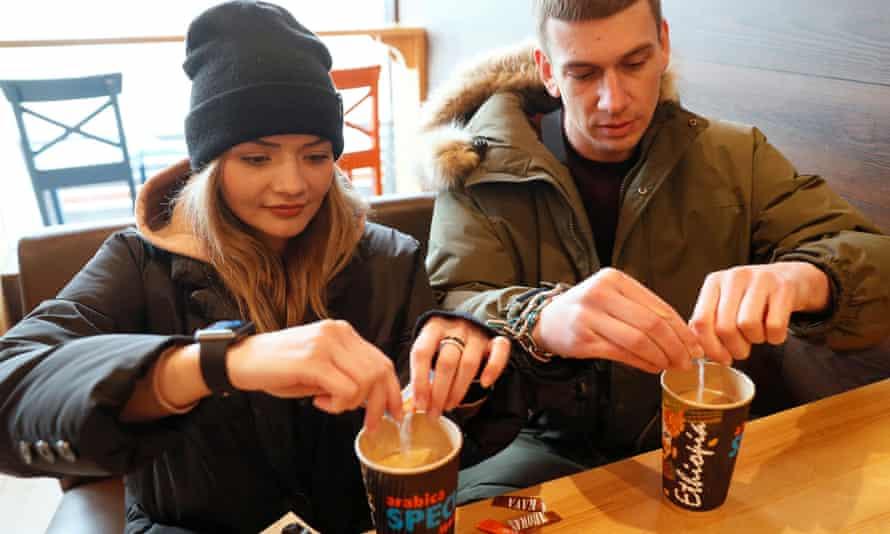 Александр Кудлай и Виктория Пустовитова пьют кофе в кафе в Харькове