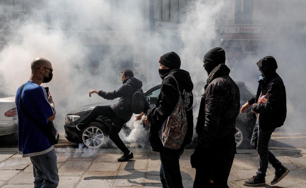Французская полиция применила слезоточивый газ, когда протест против вакцины перерос в насилие