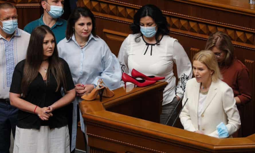 Депутаты украинского парламента принесли туфли на высоких каблуках s на трибуну Верховной Рады в знак протеста и потребовали расследования инцидента.