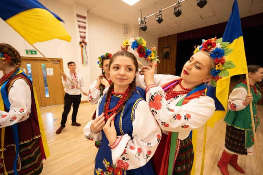 Иванна и Мария Рудницкие готовятся к игре в Украинском социальном клубе в Лондоне