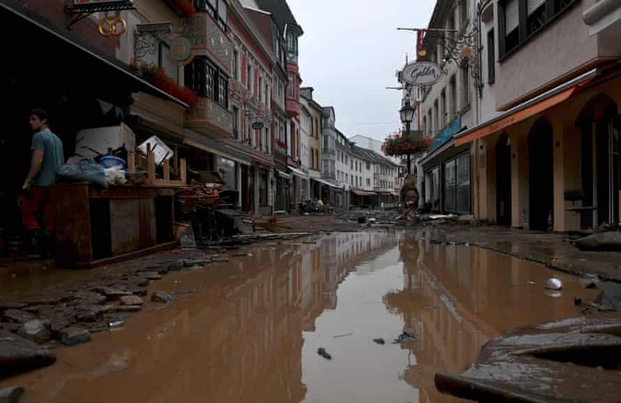 Затопленная улица в городе Арвайлер-Бад-Нойенар, западная Германия, в четверг.