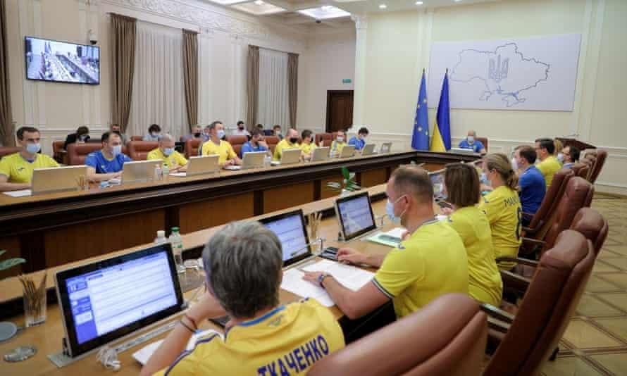 Министры правительства в украинских рубашках на встрече в Киеве