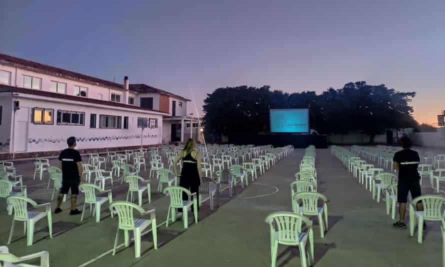 Компания работает с местными властями, чтобы решить, какой фильм показывать и как адаптировать его к условиям деревни.