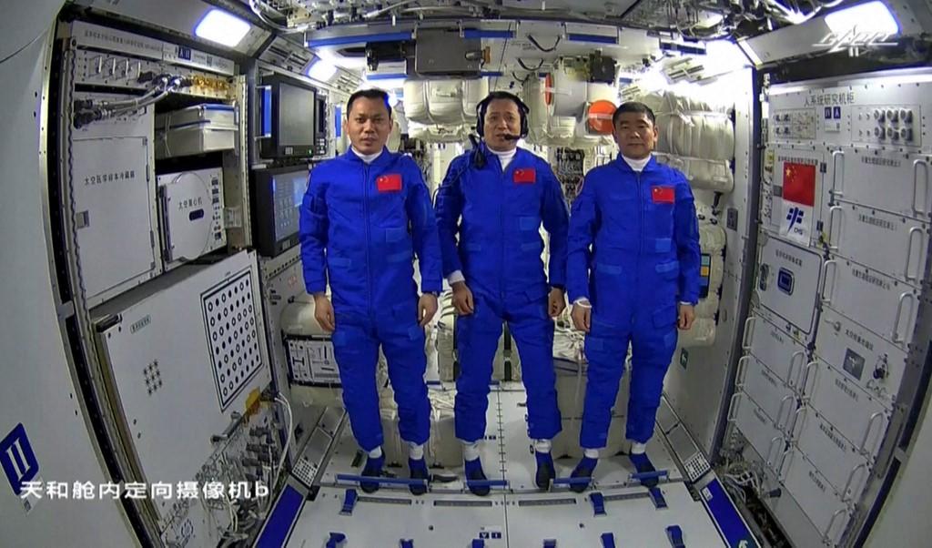 Китайские астронавты вернулись после 90-дневного полета на космическую станцию