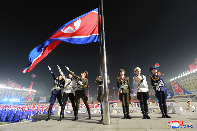 Фотография, опубликованная официальным центральным информационным агентством Северной Кореи (KCNA), показывает момент военного парада на площади Ким Ир Сена в Пхеньяне. [KCNA via EPA]