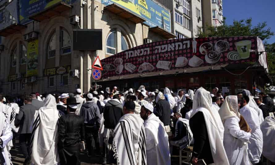 Бресловские паломники хасидов проходят по улицам Умани. 7 сентября.