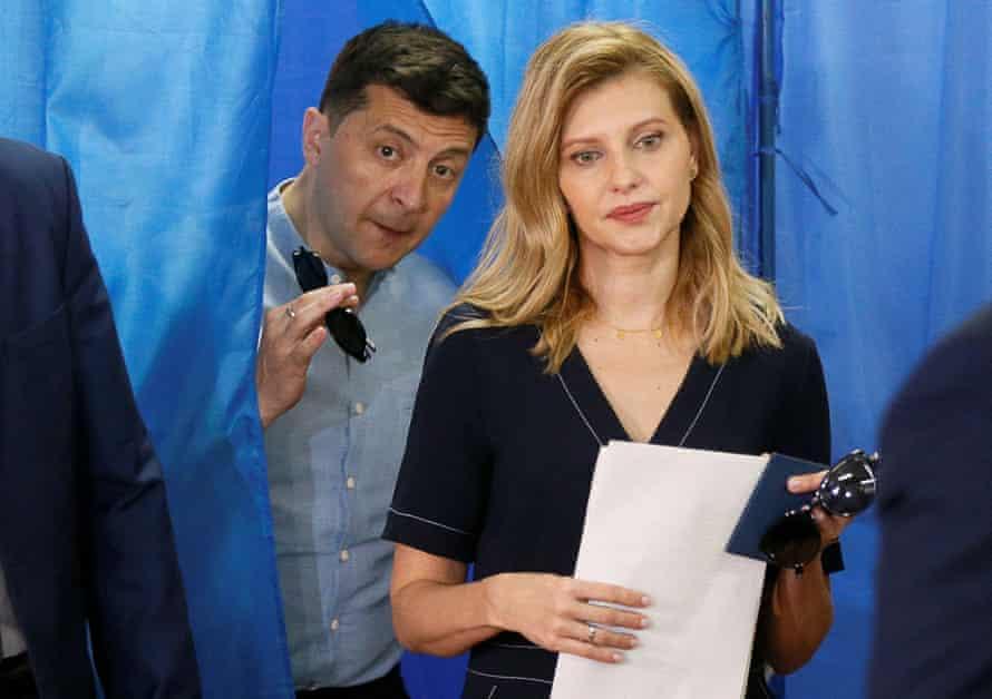 Владимир Зеленский и его жена Елена на избирательном участке во время парламентских выборов в Киеве, Украина, в июле 2019 года.