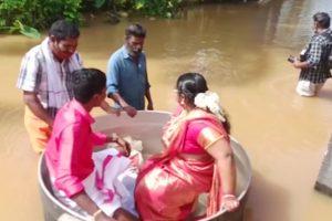 Индия: пара в Керале, пострадавшей от наводнения, плывет на свадьбу в горшочке