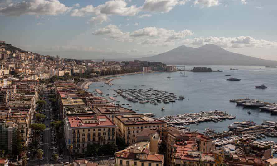 Около 30% жителей Неаполя не имеют работы. Подростки являются основной целью вербовки мафии.